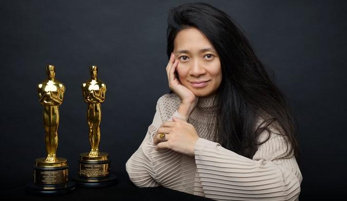 Хлоя Чжао, родившаяся в Пекине, стала первой цветной женщиной, получившей лучший режиссерский «Оскар». (Изображение: Variety)   Epoch Times Россия