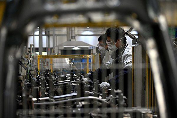 Работники в защитных масках на фабрике Yanfeng Adient в Шанхае, 24 февраля 2020 год NOEL CELIS/AFP via Getty Images   Epoch Times Россия