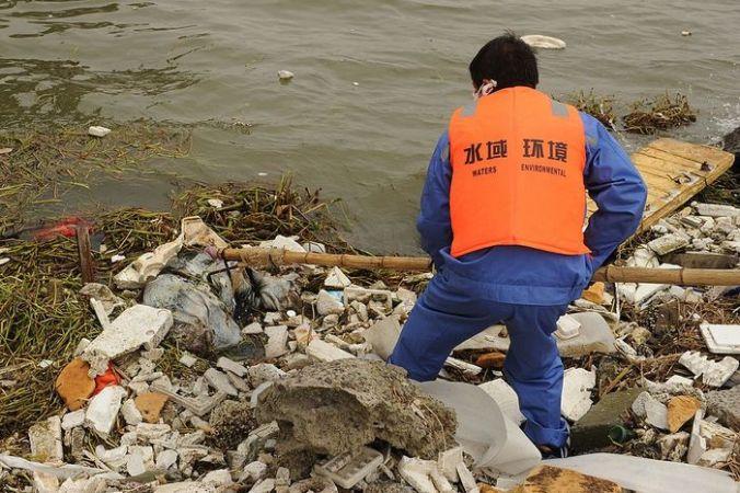 Очистка главного водохранилища Шанхая от мусора. Фото:  PETER PARKS/AFP/Getty Images | Epoch Times Россия