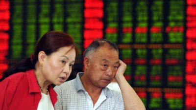 На Шанхайской бирже из-за обвала акций приостановлены торги