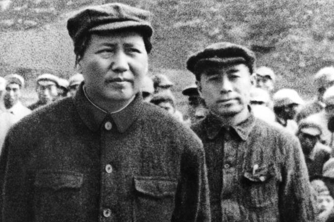 Мао Цзэдун и бывший премьер Чжоу Эньлай (справа), 1945 г. Фото: AFP/Getty Images | Epoch Times Россия