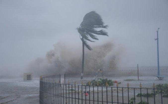 Сильные ветры и морские волны обрушиваются на берег пляжа Дигха на побережье Бенгальского залива, поскольку циклон «Яас» усиливается в штате Западная Бенгалия, Индия, 26 мая 2021 г. Ashim Paul/AP Photo | Epoch Times Россия