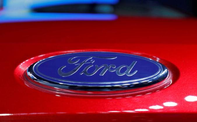 Логотип на капоте нового автомобиля Ford Aspire во время его запуска в Нью-Дели, Индия, 4 октября 2018 г. (Anushree Fadnavis / Reuters) | Epoch Times Россия