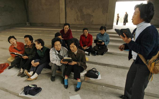 Этнические корейские христиане поют гимны в своей незавершенной церкви в городе Яньцзи в Корейском автономном префектуре Яньбян на границе Китая и Северной Кореи 13 октября 2006 г. PETER PARKS / AFP via Getty Images | Epoch Times Россия
