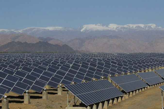 Главное фото. Большие солнечные панели видны на солнечной электростанции в Хами, Синьцзян-Уйгурский автономный район на северо-западе Китая, 8 мая 2013 г. (STR / AFP через Getty Images) | Epoch Times Россия