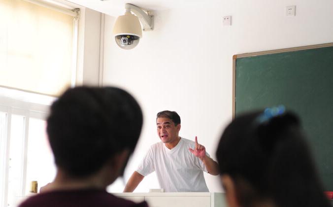 Ильхам Тохти, уйгурский профессор экономики, читает лекцию в Пекине под камерой видеонаблюдения, установленной 12 июня 2010 года. Тохти был приговорён к пожизненному заключению в 2014 году по обвинению в подстрекательстве к сепаратизму, а его семья потеряла с ним контакты в 2017 году.  (FREDERIC J. BROWN/AFP via Getty Images)   Epoch Times Россия