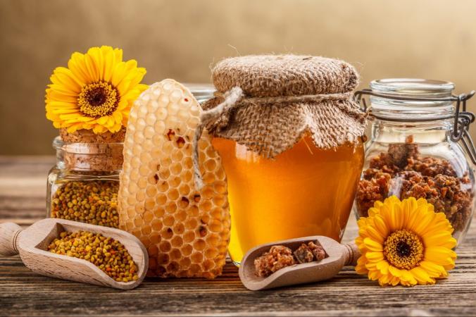 Мед содержит более 181 вещества, способствующего укреплению здоровья, и превращает здоровую жизнеспособность растений в бодрящую пищу, идеально подходящую для людей. (Grafvision / Shutterstock)   Epoch Times Россия