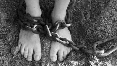 Рабский труд и последствия пыток в китайском трудовом лагере тайно сняли на камеру