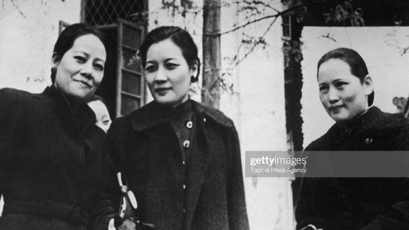 Сестры Сун (слева направо): Сун Ай-лин (1890 - 1973), Сун Май-лин (1897 - 2003) и Сун Цин-лин (1893 - 1981) в Чунцине (Чунькин), Китай, 1940 год. оказали уникальное влияние на китайскую политику в начале XX века, когда Ай-лин вышла замуж за банкира и министра финансов Х. Х. Кунга, Мэй-лин работала и вышла замуж за лидера китайских националистов Чан Кай-ши и Чинг-лин вышла замуж за первого президента Китайской Республики Сун Ятсена. (Фото Агентства актуальной прессы / Архив Халтона / Getty Images) | Epoch Times Россия