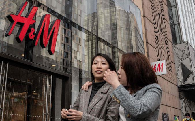 Люди проходят мимо магазина шведской компании H&M в Пекине 25 марта 2021 г. Nicolas Asfouri/AFP via Getty Images | Epoch Times Россия