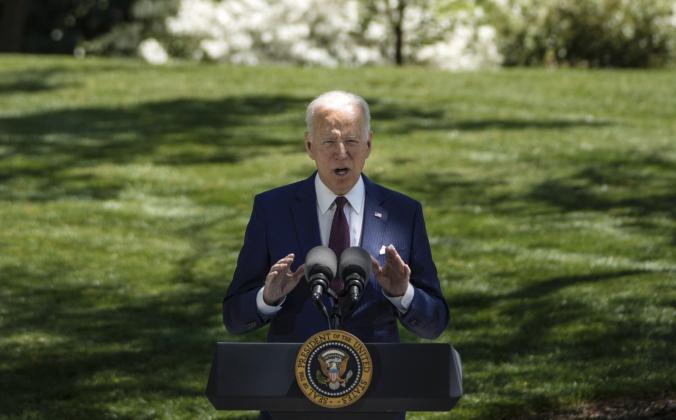 Президент Джо Байден выступает на Северной лужайке Белого дома 27 апреля 2021 г. (Drew Angerer / Getty Images)   Epoch Times Россия