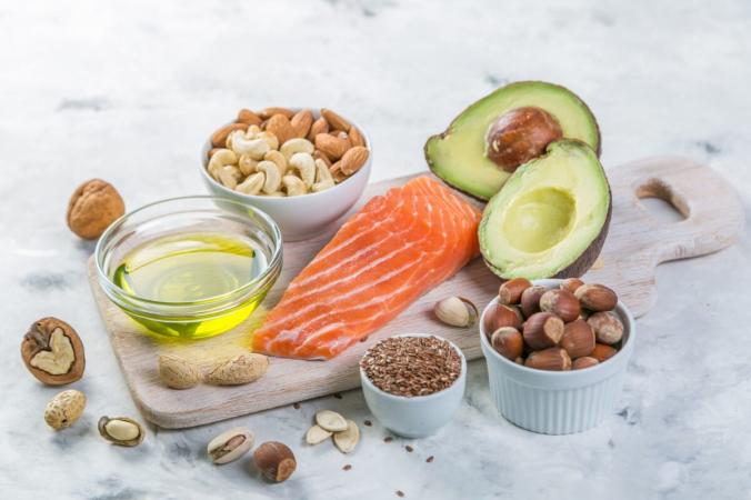 Многие продукты содержат высококалорийные и питательные жиры, которые могут обеспечить большую часть ваших ежедневных энергетических потребностей. (Александра Науменко / Shutterstock)   Epoch Times Россия