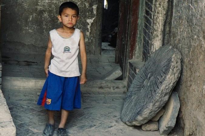 С 2017 года не менее 1 миллиона человек были произвольно задержаны в так называемых центрах «профессионального обучения» в Синьцзяне, Китай, а их дети отправлены в детские дома. (Изображение: через <a href=