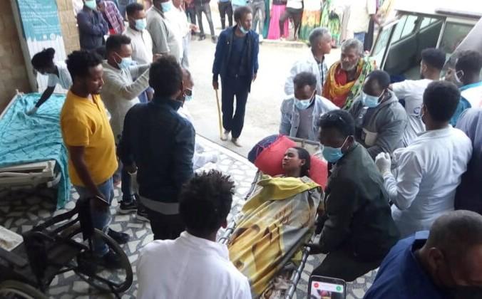 После авиаудара в Тогоге, регион Тыграй, Эфиопия, 22 июня 2021 года, женщина доставлена в больницу Айдер в Мекелле. Tigray Guardians 24 via Reuters | Epoch Times Россия