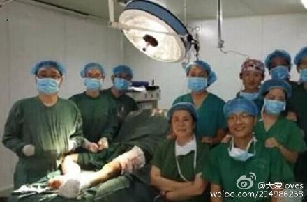 На скриншоте из социальной сети материкового Китая Sina Weibo группа врачей и медсестер фотографирует во время операции 15 августа 2014 г. (Epoch Times) | Epoch Times Россия