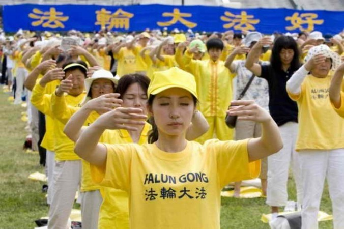 Сотни последователей Фалуньгун выполняют упражнения. Фото: Ma Youzhi/The Epoch Times | Epoch Times Россия