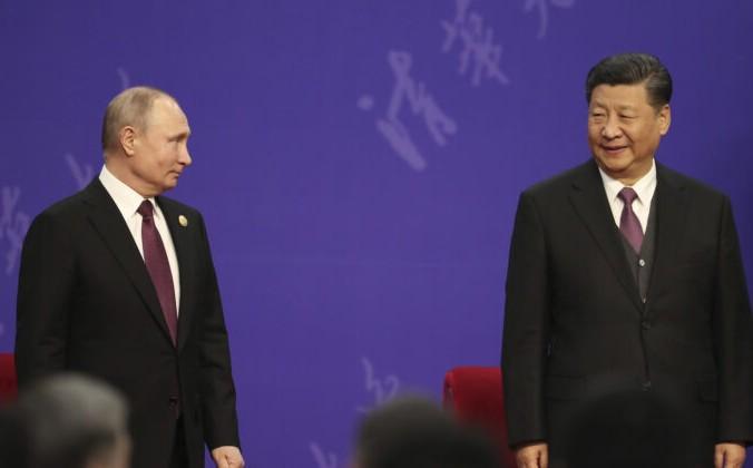 Президент России Владимир Путин и лидер Китая Си Цзиньпин присутствуют на церемонии открытия Университета Цинхуа во Дворце дружбы в Пекине, Китай, 26 апреля 2019 г. Kenzaburo Fukuhara / Pool / Getty Images | Epoch Times Россия
