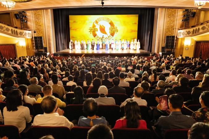 Выход исполнителей «под занавес» в театре Palace в Стэмфорде, штат Коннектикут, 27 июня 2021 года (Ларри Дай / Великая Эпоха) | Epoch Times Россия