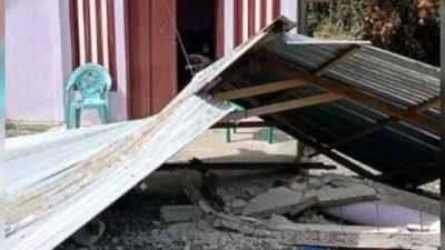 Индонезийцы после землетрясения магнитудой 6,1 бегут в горы от возможного цунами