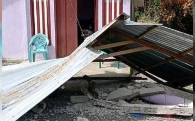 Крыша лежит на земле после землетрясения в Саканусе, Малуку, Индонезия, 16 июня 2021 г. Asmiathy / Reuters | Epoch Times Россия