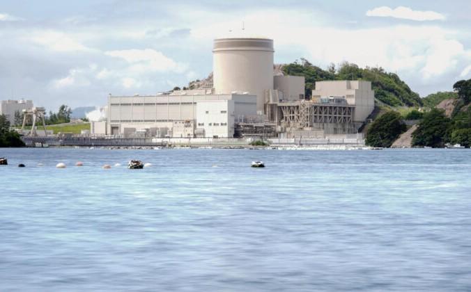 Реактор № 3  АЭС Михама, управляемый Kansai Electric Power Co., виден в городе Михама, префектура Фукуи, центральная Япония, 23 июня 2021 г. Фото: Kyodo News/ AP | Epoch Times Россия