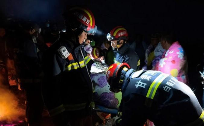 Спасатели помогают людям, участвовавшим в 100-километровой лыжной гонке 22 мая 2021 года, когда экстремальная погода обрушилась на город Байинь в северо-западной провинции Китая Ганьсу, в результате чего погибли 21 человек. AFP via Getty Images | Epoch Times Россия