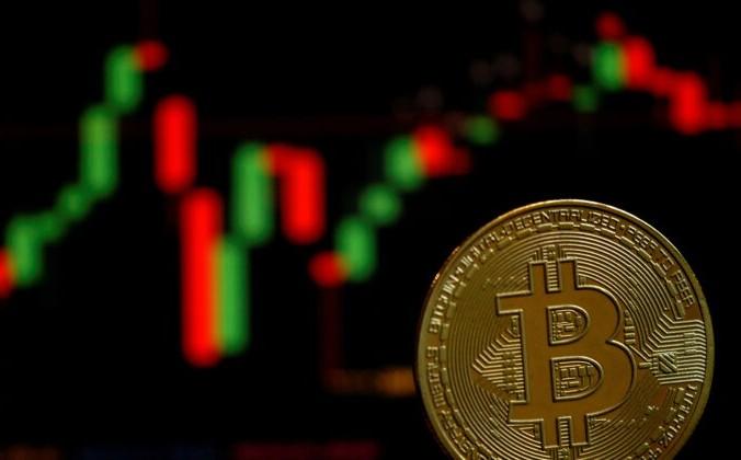 Изображение виртуальной криптовалюты биткоин, 14 июня 2021 года. REUTERS / Edgar Su / Illustration | Epoch Times Россия