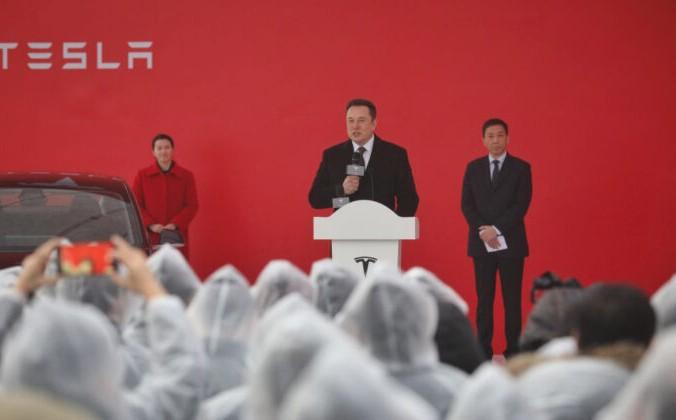 Глава Tesla Илон Маск выступает на церемонии закладки фундамента завода Tesla в Шанхае 7 января 2019 г. STR / AFP via Getty Images   Epoch Times Россия