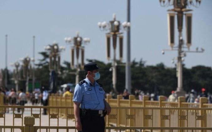 Полицейский дежурит на площади Тяньаньмэнь в Пекине в 32-ю годовщину подавления демократических протестов в 1989 г., 4 июня 2021 г. GREG BAKER / AFP via Getty Images | Epoch Times Россия