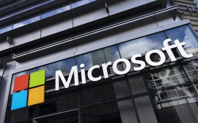 Логотип Microsoft на здании в Нью-Йорке 6 мая 2021 года. Mark Lennihan/AP Photo | Epoch Times Россия