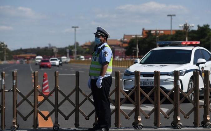 Полицейский следит за дорогой, окружающей площадь Тяньаньмэнь в Пекине, 4 июня 2021 г. Greg Baker/AFP via Getty Images | Epoch Times Россия