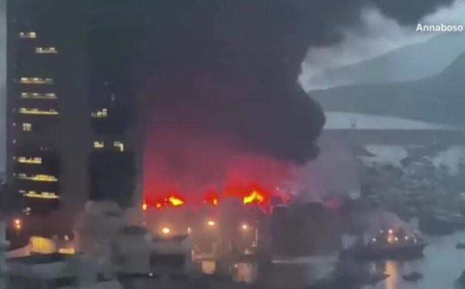 Огонь и густой чёрный дым в Южном Абердине в Гонконге 27 июня 2021 г. Любезно предоставлено Annabonso через Reuters / снимок экрана через The Epoch Times | Epoch Times Россия