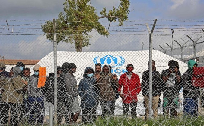 Беженцы в центре временного размещения Пурнара протестуют против задержек в процессе подачи заявления и бесчеловечных условий жизни в лагере в Коккинотримитии, примерно в 20 км от столицы Кипра Никосии, 1 февраля 2021 г. Christina Assi/AFP via Getty Images | Epoch Times Россия
