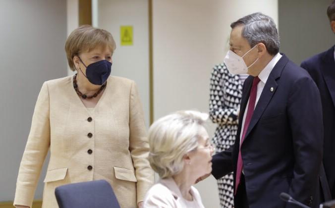 Канцлер Германии Ангела Меркель (слева) беседует с премьер-министром Италии Марио Драги во время саммита ЕС в здании Европейского совета в Брюсселе 25 июня 2021 г. Olivier Hoslet/Pool Photo via AP | Epoch Times Россия