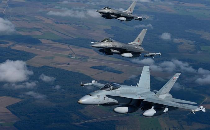 CF-18 Hornet Оперативного воздушного флота Канады летит рядом с двумя португальскими истребителями F-16 Fighting Falcon над Литвой в рамках миссии НАТО по охране воздушного пространства Балтийского моря 15 сентября 2014 г. Canadian Armed Forces   Epoch Times Россия