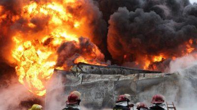 Пожар на складе пиротехники спровоцировал более сотни взрывов на набережной Москвы (Видео)