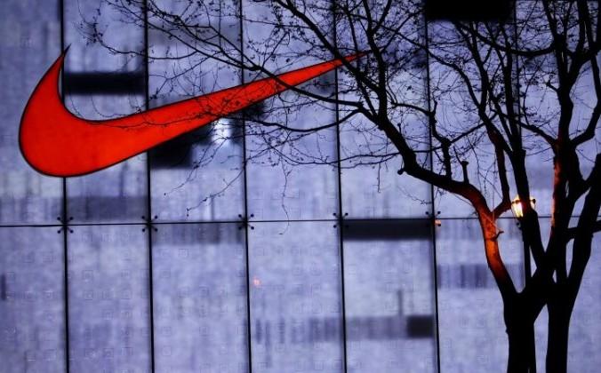 Жители Шанхая проходят мимо магазина Nike на торговой улице Нанкин-роуд 17 апреля 2010 года в Шанхае. Сегодня 41% обуви Nike производится во Вьетнаме, а 32% — в Китае. Фото: Feng Li/ / Getty Images | Epoch Times Россия