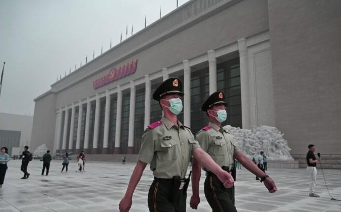 Китайские полицейские проходят мимо недавно построенного Музея Коммунистической партии Китая в Пекине 25 июня 2021 года. 1 июля Китай отметит 100-летие со дня основания Коммунистической партии. Фото: Kevin Frayer/Getty Images   Epoch Times Россия