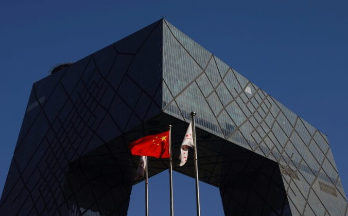 FILE PHOTO: A Chinese flag flutters outside the CCTV headquarters, the home of Chinese state media outlet CCTV and its English-language sister channel CGTN, in Beijing, China February 5, 2021. REUTERS/Carlos Garcia Rawlins | Epoch Times Россия