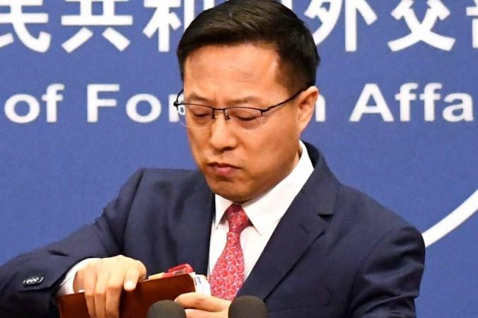 Официальный представитель МИД Китая Чжао Лицзянь собирает свои записи после выступления наежедневном брифинге для СМИ вПекине 8апреля 2020 года. Greg Baker/AFP via Getty Images   Epoch Times Россия