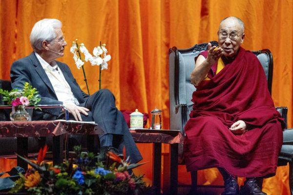 Далай-лама беседует с американским актёром Ричардом Гиром в преддверии конференции, организованной в честь 30-летия международного движения за Тибет в Ахой в Роттердаме 16 сентября 2018 года. (RobinUtrecht/AFP/GettyImages) | Epoch Times Россия