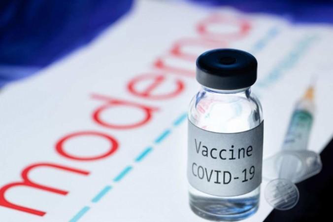 На снимке изображены шприц и флакон с надписью «Вакцина Covid-19» рядом с логотипом биотехнологической компании Moderna, 18 ноября 2020 года. JOEL SAGET/AFP via Getty Images | Epoch Times Россия