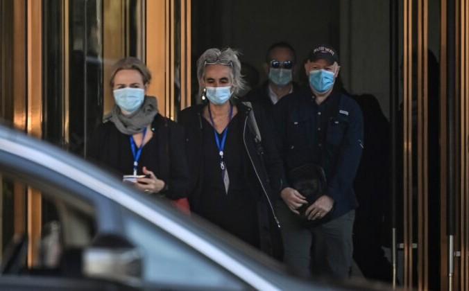 (Слева направо) Теа Фишер, Марион Купманс, Питер Дашак и другие члены группы Всемирной организации здравоохранения (ВОЗ), занимающейся расследованием причин пандемии Covid-19, покидают отель Hilton Wuhan Optics Valley в Ухане 29 января 2021 года. (HECTOR RETAMAL / AFP via Getty Images) | Epoch Times Россия