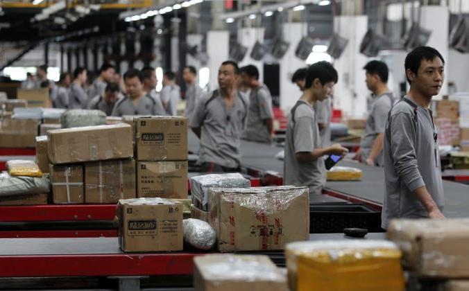 Рабочие раздают пакеты в SF Express в Шэньчжэне, Китай, 11 ноября 2013 г. (ChinaFotoPress через Getty Images) | Epoch Times Россия