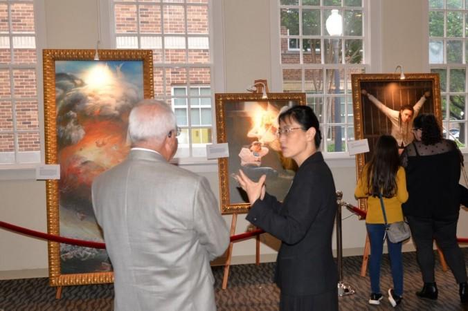 Посетители рассматривают картины на Международной художественной выставке «Искусство Чжэнь Шань Жэнь» в Gallery @ Courtyard в Плано, штат Техас. (Ассоциация Фалунь Дафа южных штатов США) | Epoch Times Россия