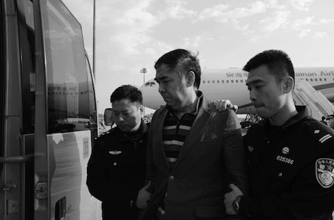 Пан Шуньси (К) был доставлен в Китай сотрудниками службы безопасности 28 марта 2015 г. (Ларри Онг / Epoch Times) | Epoch Times Россия