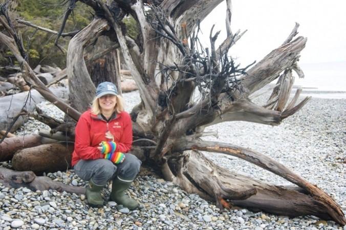 Профессор экологии леса Университета Британской Колумбии Сюзанна Симард позирует с остатками старого кедра в Хайда-Гвайи, Британская Колумбия, в 2017 году (Жан Роуч) | Epoch Times Россия