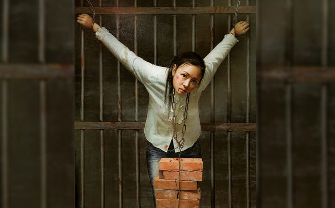 Иллюстрация метода пыток «подвесить кирпичи на шее». Это один из самых распространённых методов издевательств, имеющих целью сломить волю и разрушить надежду практикующих Фалуньгун, заставить их отказаться от своей веры. (FalunArt.org) | Epoch Times Россия