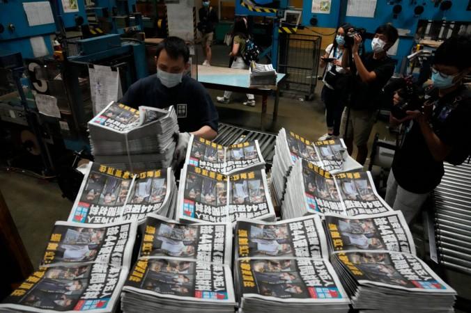 Рабочий упаковывает экземпляры газеты Apple Daily в типографии в Гонконге 18 июня 2021 года. AP Photo/Kin Cheung   Epoch Times Россия
