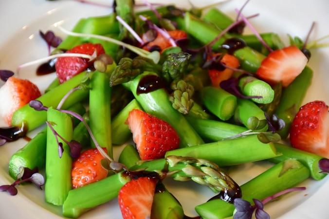 Салат соспаржей иклубникой. Rita E /Pixabay License | Epoch Times Россия
